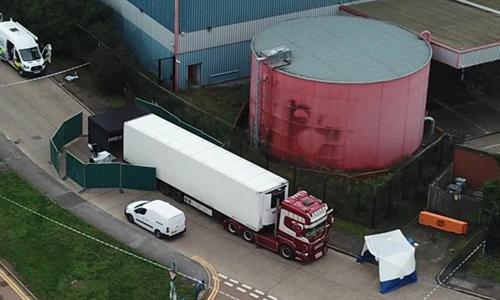 Hiện trường phát hiện xe container chở 39 thi thể ở khu công nghiệp Waterglade, phía đông London hôm 23/10. Video: Sun.