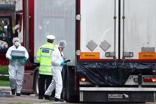 Xe container chứa 39 thi thể tạihiện trường ở khu công nghiệp hạt Essexhôm 23/10. Ảnh: Reuters.