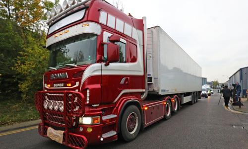 Chiếc xe container chở 39 thi thể tại hạt Essex, phía đông London, Anh hôm 23/10. Ảnh: Reuters.