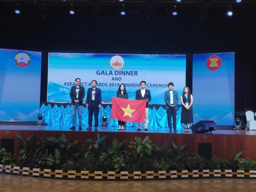 Đại diện của Hocmai.vn cùng các đội thi khác trong hạng mục Nội dung số.