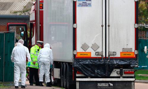 Các nhân viên pháp y kiểm tra chiếc xe container chở 39 thi thể tại khu công nghiệp Waterglade, hạt Essex, Anh hôm 23/10. Ảnh: Telegraph.