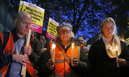 Người dân thắp nến tưởng niệm 39 nạn nhân chết trong thùng xe tải ở London rạng sáng 25/10. Ảnh: Reuters.