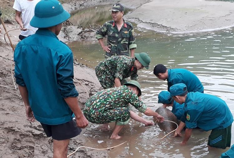 Quảng bom tại hiện trường. Ảnh: Nguyễn Hải.