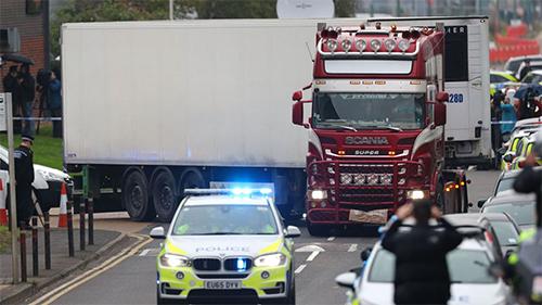 Chiếc xe tải được các nhân viên pháp y lái khỏi khu công nghiệp Waterglade, thị trấn Grays, hạt Essex hôm 23/10 để thu thập các thi thể và nhận dạng. Ảnh: Sky News.