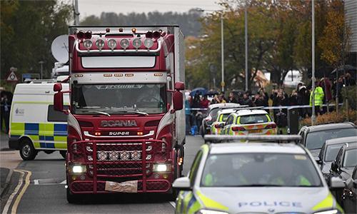 Nhân viên pháp y lái xe container rời khỏi khu công nghiệp Waterglade, thị trấn Grays, hạt Essex ngày 23/10 để thu thập các thi thể và nhận dạng. Ảnh: CNN.