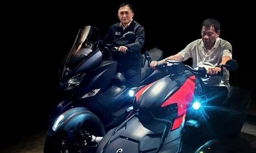 Tổng thống Philippines Rodrigo Duterte (phải) và Thượng nghị sĩ Christopher Bong Go lái xe phân phối lớn sáng nay. Ảnh: Christopher Bong Go/ Facebook.