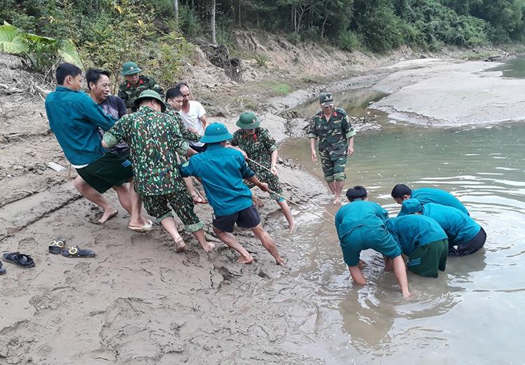 Lực lượng chức năng vớt bom sáng nay. Ảnh: Nguyễn Hải.