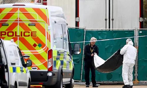 Cảnh sáttại hiện trường phát hiện 39 thi thể trong xe tải ở Essex, phía đông London, Anh hôm 23/10. Ảnh: Reuters.