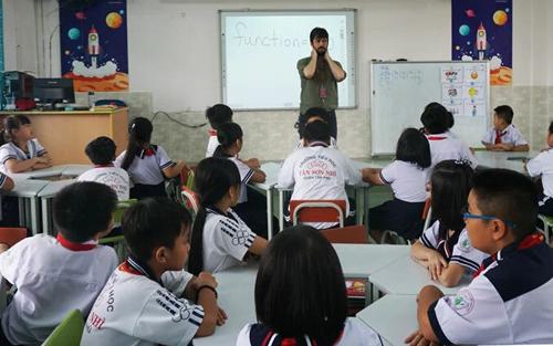 Một tiết học tiếng Anh với giáo viên nước ngoài tại trường Tiểu học Tân Sơn Nhì (quận Tân Phú, TP HCM). Ảnh: Mạnh Tùng.