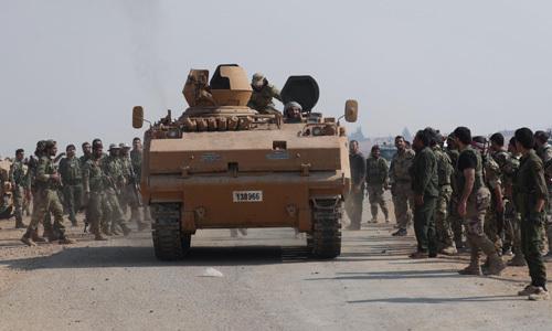 Nhóm vũ trang do Thổ Nhĩ Kỳ hậu thuẫn tập trung gần thị trấn Tal Abyad, Syria hôm 24/10. Ảnh: Reuters.