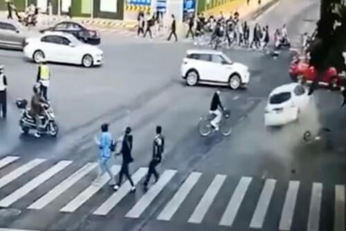 Chiếc xe hơi màu trắng tông vào các phương tiện khác trên đường ở Thượng Hải, Trung Quốc sáng 24/10. Ảnh: SCMP.