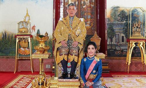 Quốc vương Maha Vajiralongkorn (trái) và cựu hoàng quý phi Sineenat Wongvajirapakdi (phải) tại cung diện Hoàng gia Thái Lan. Ảnh: AFP.