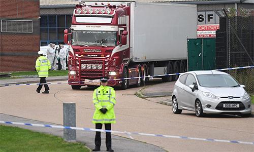 Cảnh sát và nhân viên pháp y tại hiện trường nơi phát hiện ra 39 thi thể trong container ngày 23/10 ở hạt Essex, Anh. Ảnh: PA.