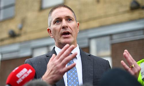 chánh thanh tra thám tử Martin Pasmore phát biểu trong cuộc họp báo tại đồn cảnh sát thị trấn Grays, hạt Essex chiều 26/10.