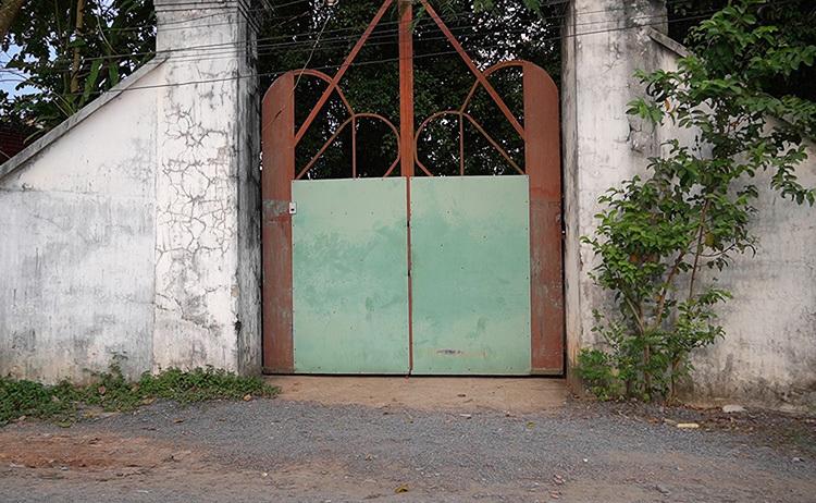 Cửa vào địa điểm thờ tự tự phát luôn đóng cửa im ỉm sau vụ việc. Ảnh: Hoàng Nam
