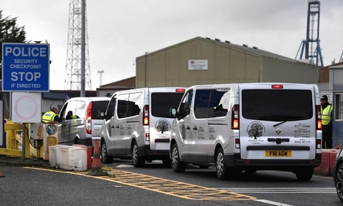 Đoàn xe chở thi thể từ cảngTilbury đến bệnh viện Broomfield ngày 25/10. Ảnh: Reuters.