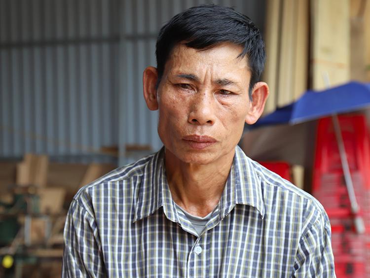 Ông Nguyễn Đình Gia thất thần khi kể về quá trình làm việc của con trai ở châu Âu. Ảnh: Đức Hùng