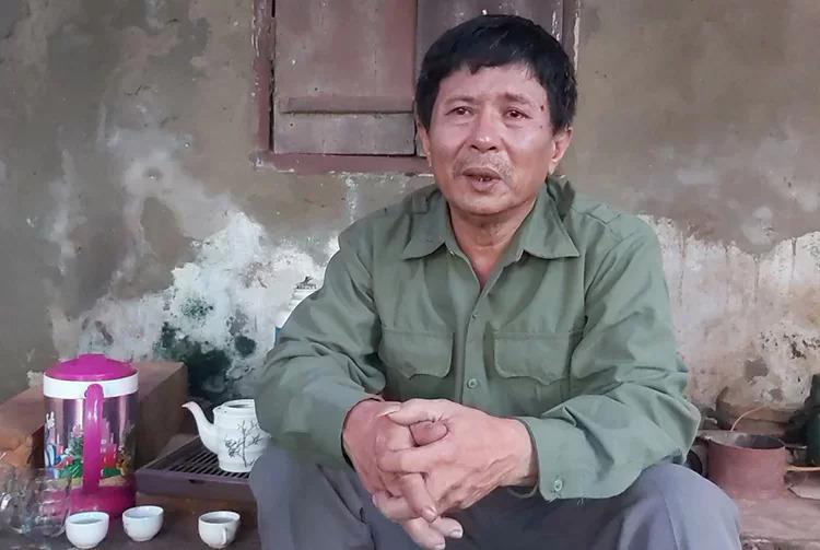Người đàn ông tại Nghệ An trình báo có con mất tích ở Anh. Ảnh: Văn Hải