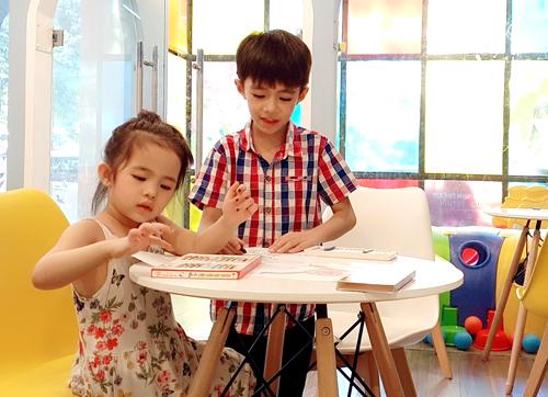Con trai chị Huyền trong buổi kiểm tra đầu vào tại trung tâm ngoại ngữ ở quận Cầu Giấy. Ảnh: Thanh Huyền.