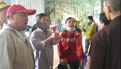 Nhóm người xông vào Tịnh thất Bồng Lai đập phá. Ảnh: Cắt từ video.
