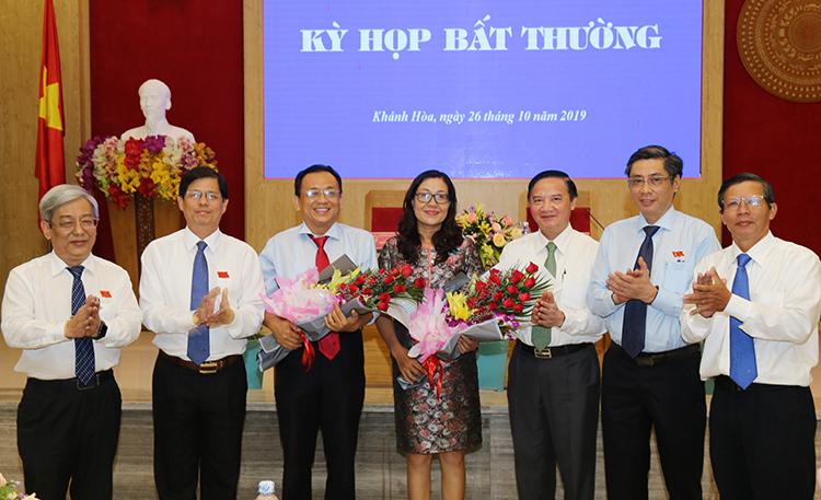 Ông Lê Hữu Hoàng (thứ ba từ trái sang) trong lễ nhậm chức phó chủ tịch tỉnh, sáng 26/10. Ảnh: Xuân Ngọc