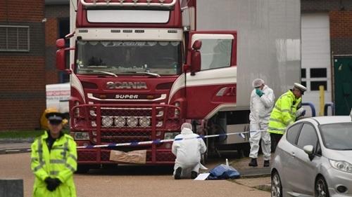 Cảnh sát và nhân viên pháp y tại hiện trường container chở 39 thi thể được phát hiện ở Essex hôm 23/10. Ảnh: Sky News.