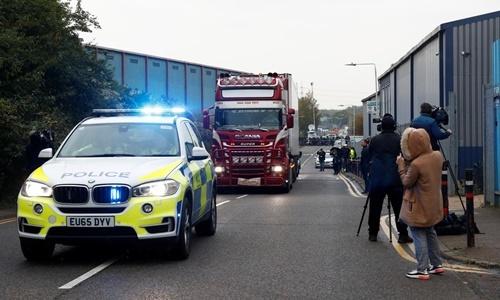 Chiếc xe container chở 39 thi thể rời hiện trường tại cảng Waterglade ở Essex, ngày 24/10. Ảnh: Reuters.