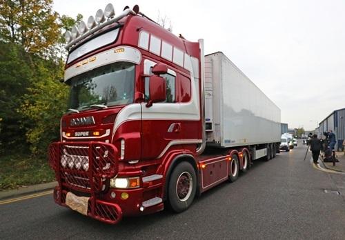 Xe tải chở 38 thi thể được di chuyển tới cảng Tilbury ở Essex dưới sự hộ tống của cảnh sát hôm 23/10. Ảnh: Reuters.