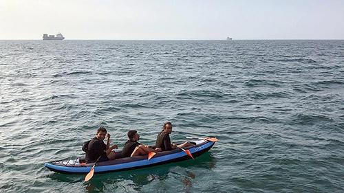 Ba di dân bị phát hiện khi đang vượt biển bằng thuyền bơm hơi từ Calais, Pháp, sang Anh hồi tháng 8. Ảnh: AFP