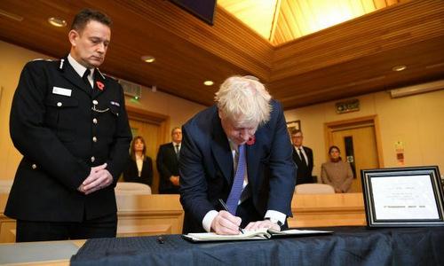 Thủ tướng Anh viết trong sổ tang tại Văn phòng Hội đồng Thurrock hôm 28/10. Ảnh: Reuters.