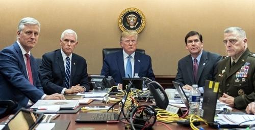 Trump (chính giữa) cùng các quan chức cấp cao theo dõi cuộc đột kích ngày 26/10 tại Nhà Trắng. Ảnh: Nhà Trắng.