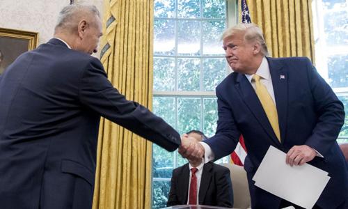 Tổng thống Mỹ Donald Trump (phải) bắt tay Phó thủ tướng Trung Quốc Lưu Hạc tại Nhà Trắng hôm 11/10. Ảnh: AP.