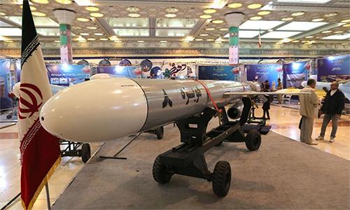 Tên lửa hành trình Hoveizeh của Iran trong triển lãm ngày 2/2 tại thủ đô  Tehran. Ảnh: AFP.