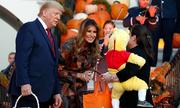 Vợ chồng Trump phát kẹo cho trẻ em dịp Halloween
