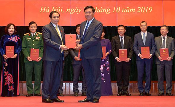 Trưởng Ban Tổ chức Trung ương Phạm Minh Chính trao chứng nhận tốt nghiệp cho các học viên. Ảnh: TTXVN