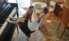 Camera tình cá» ghi lại cảnh chó chÆ¡i Äà n piano cho bà gái nhảy