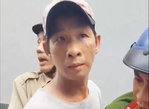 Cảnh sát đưa Việt về trụ sở làm việc. Ảnh cắt clip.
