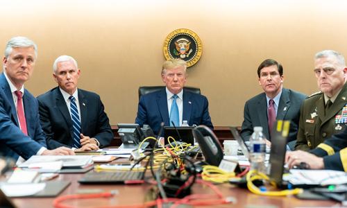 Tổng thống Mỹ Donald Trump (giữa) cùng các quan chức cấp cao theo dõi chiến dịch đột kích nơi ở của Baghdadi tại Phòng Tình huống Nhà Trắng hôm 26/10. Ảnh: White House.