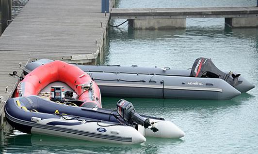 Chiếc xuồng màu cam được nhóm di cư Iran dùng để vượt biển. Ảnh: Steve Finn Photography.