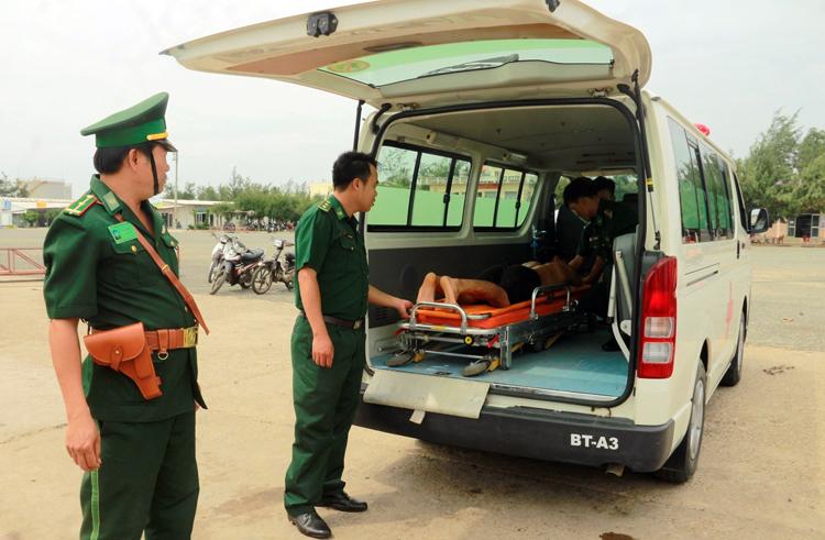Ngư dân tàu cá Bình Định bị thương được xe cấp cứu chởvề Bệnh viện Quân dân y Phú Quý. Ảnh: Việt Quốc.