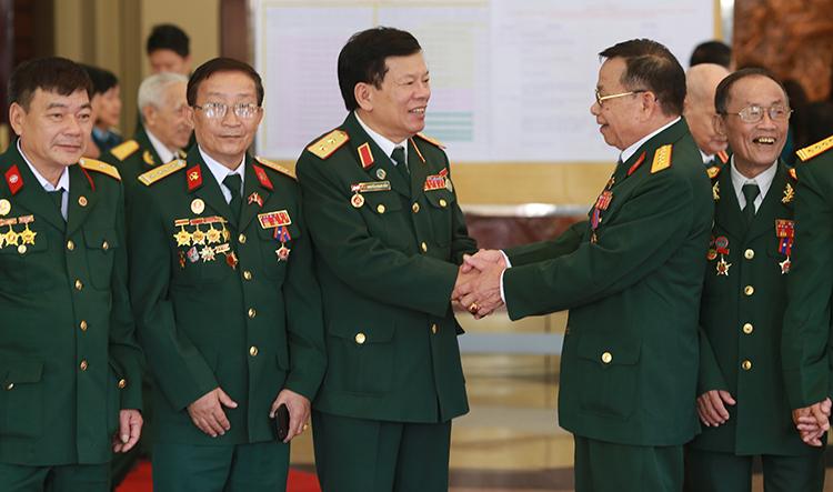 Đại úy Hà Văn Đức (thứ hai từ phải sang)vui mừng khi hội ngộ các cựu binh tham gia Quân Tình nguyện Việt Nam tại Lào hôm 29/10. Ảnh: Tất Định