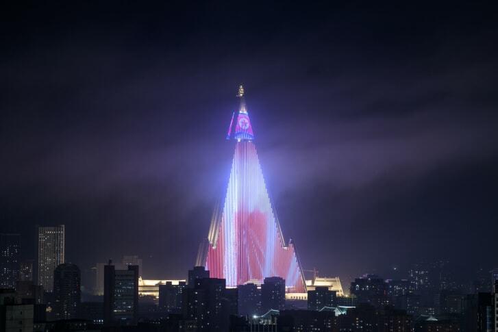 Chương trình biểu diễn ánh sáng tại khách sạn Ryugyong ở Bình Nhưỡng hồi năm 2018. Ảnh: AFP.