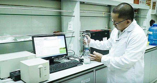 TS Tuấn đo hàm lượng styren bằng máy UV.