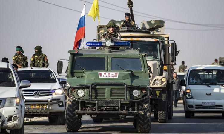 Quân cảnh Nga dẫn đầu đoàn xe người Kurd rút khỏi miền bắc Syria hôm 27/10. Ảnh: AFP.