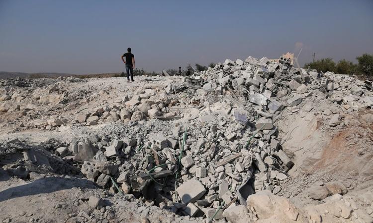 Đống đổ nát tại nơi ẩn náu của thủ lĩnh IS Baghdadi sau khi bị quân đội Mỹ đột kích ngày 26/10. Ảnh: NYTimes.