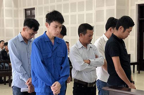 Lê Văn Hiến (áo xanh) cùng các bị cáo tại toà. Ảnh: N.T.