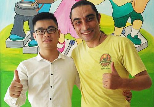 Lại Văn Duy (trái) chụp ảnh cùng đồng nghiệp tại trung tâm tiếng Anh. Ảnh: Nhân vật cung cấp.