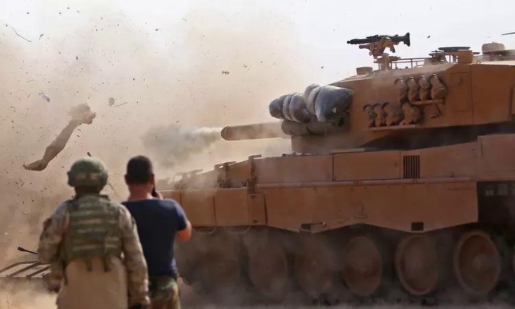 Xe tăng Thổ Nhĩ Kỳ nã pháo gần Ras al-Ain hôm 28/10. Ảnh: AFP.