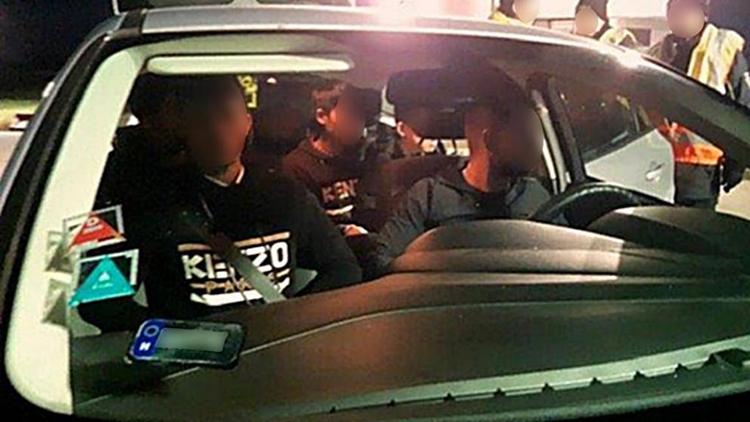 Chiếc xe thứ ba, chở 5 người Việt,bị cảnh sát chặn bắt tại đường cao tốc A17, thành phố Dresden, Đứchôm 28/10. Ảnh: Bild