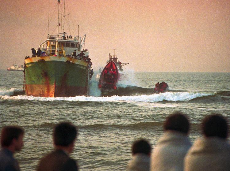 Sóng đánh vào thuyền giải cứu của cảnh sát Mỹ khi họ cố gắng cứu người nhập cư trái phép. Ảnh: Mike Alexander/Associated Press.